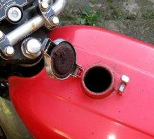Voilà les dégâts provoqués par l'essence dans le temps sur une moto ancienne mal remisée.