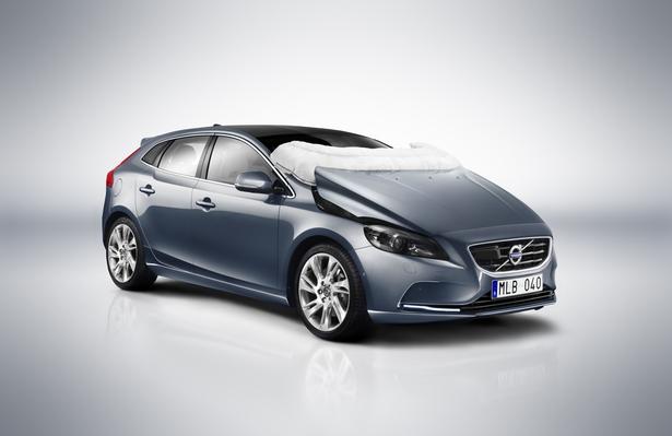 La Volvo V40  2012 propose en option un airbag pour les piéons, une première mondiale