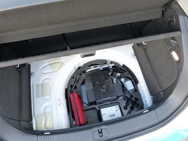 Le kit d'origine sur une Audi à la place de l'emplacement de la roue de secours.