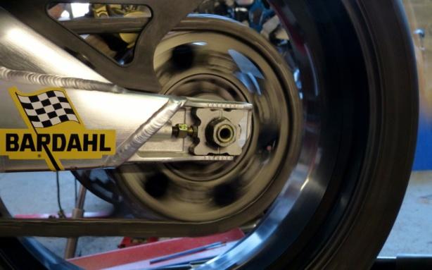 Lubrifier et régler une chaîne de moto comme un pro