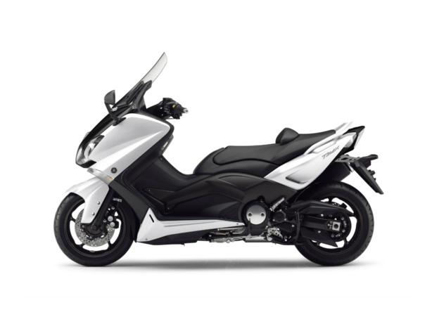 Les vérifications techniques du Yamaha T-Max en conditions d'examen du permis et en vidéo