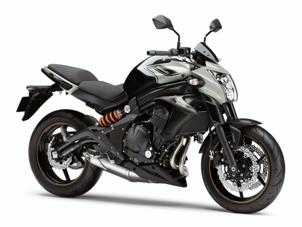 Les vérifs techniques du permis moto sur la Kawasaki ER-6n en conditions d'examen