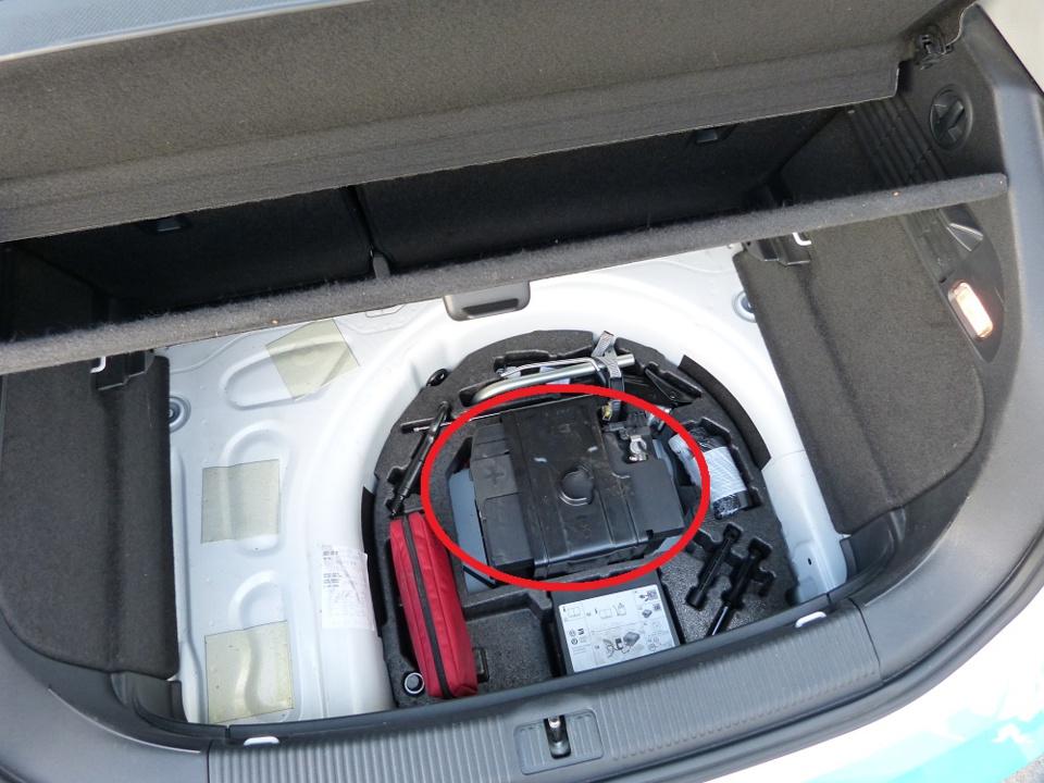 La batterie se trouve dans le coffre arrière et sous le plancher qu'il faut soulever pour cette vérif.