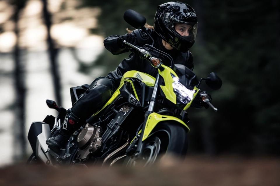 La CB500F en jaune n'est pas disponible en France.