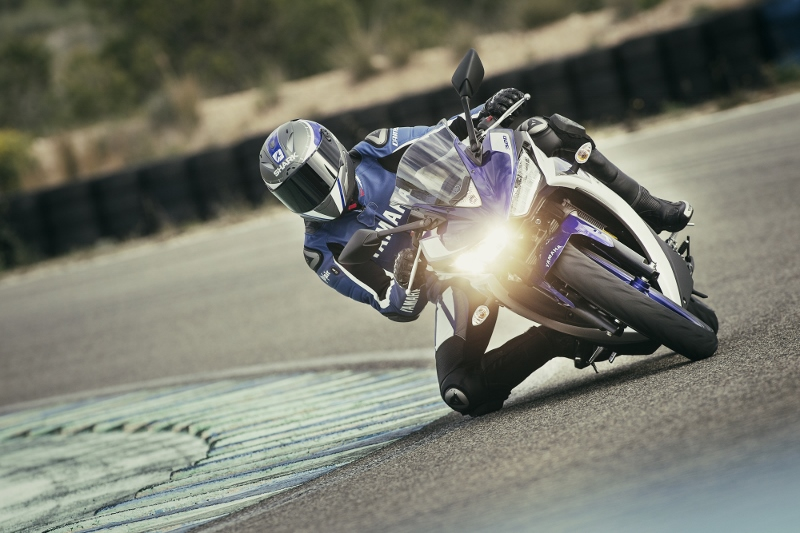 2015_YAM_YZF-R320_EU_MS1RB_ACT_005 (800x533)